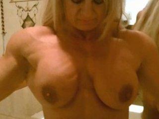 muscle angel exib dans salle de bain